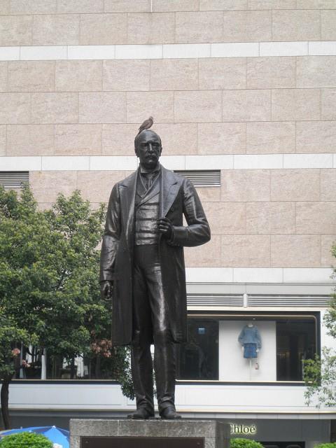 スタチュー・スクエアにいたらサー・トーマス・ジャクソン(Sir Thomas Jackson, 1st Baronet)の銅像の頭に鹿子鳩(Spotted Dove)